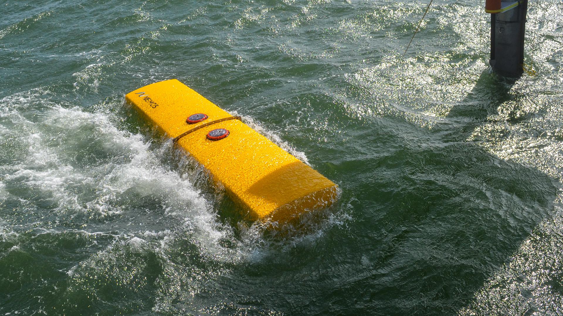 Detailansicht vom NEMOS Schwimmkörper beim Test auf offener See.