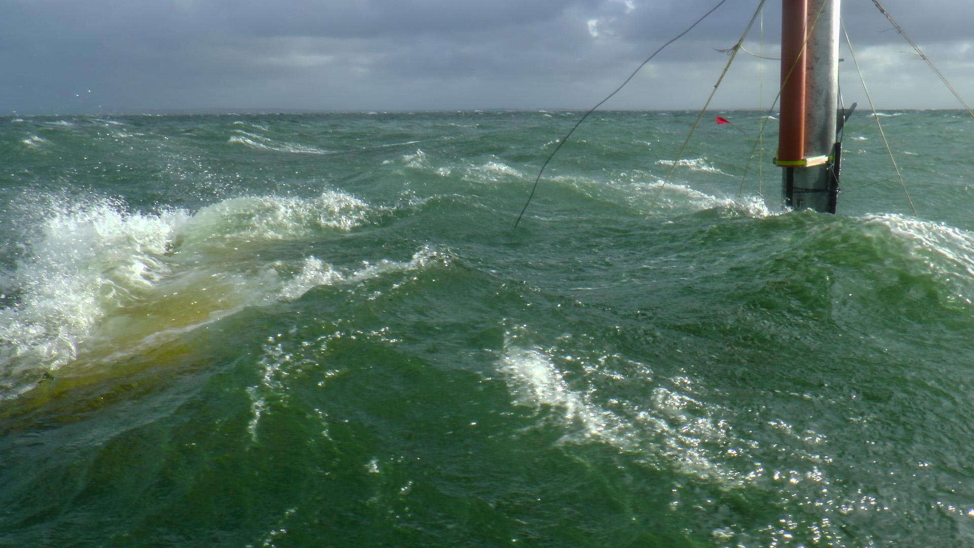 NEMOS Schwimmkörper für eine Wellenenergiegewinnungsanlage im Test auf offener See.