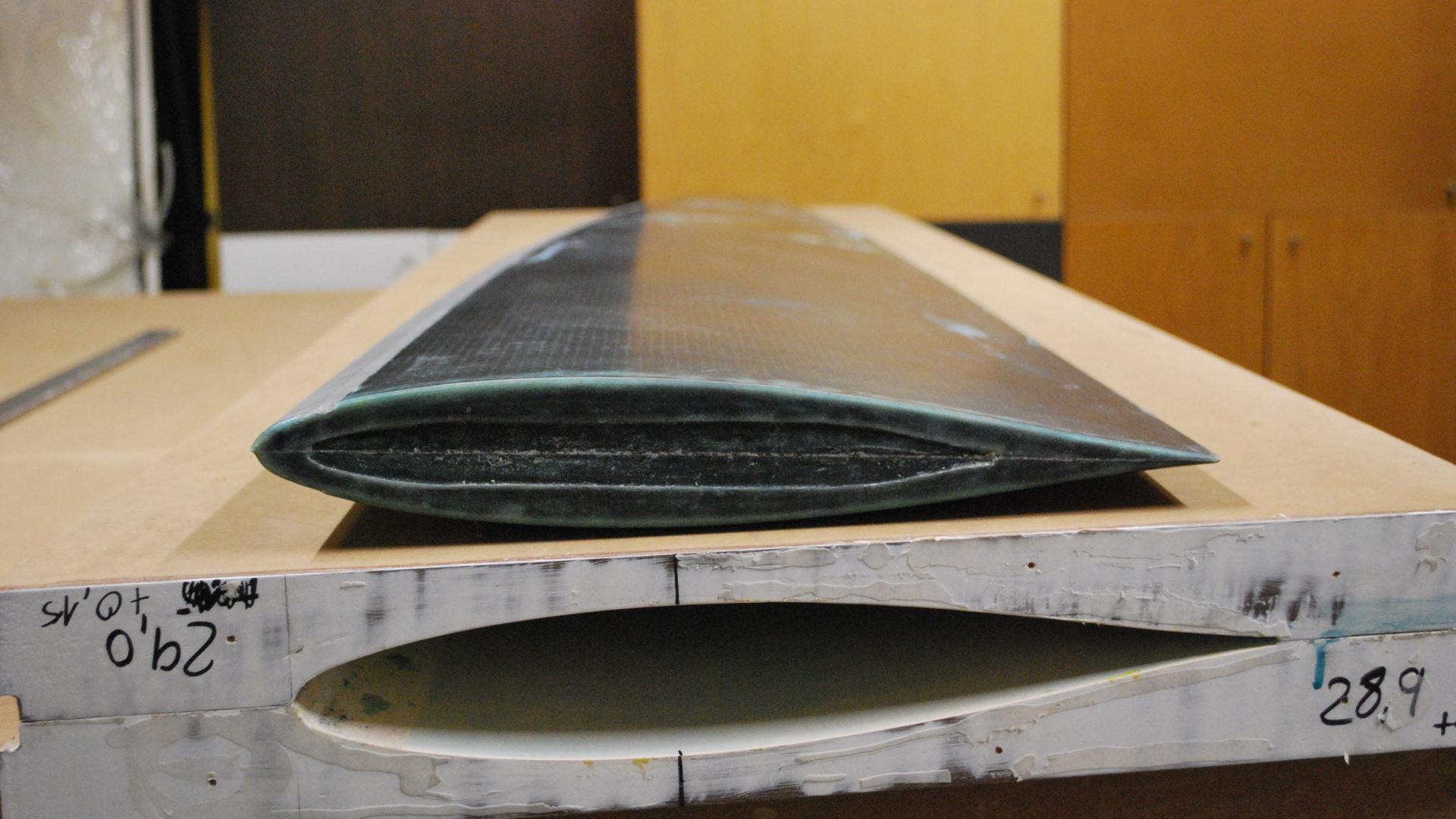 Ein Carbon-Ruderblatt liegt auf der Negativform, mit Hilfe derer es gefertigt wurde.