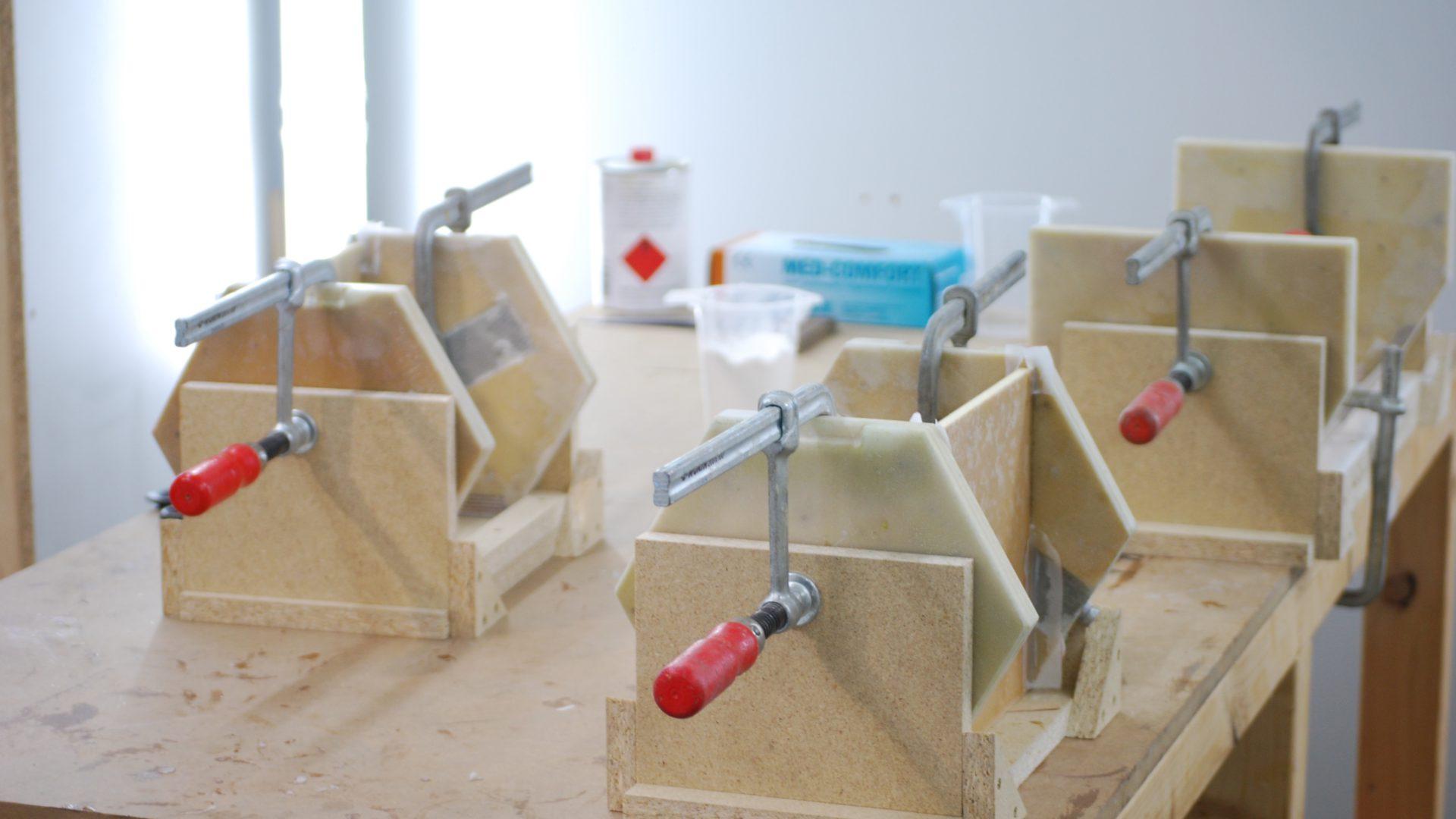 Modellbau Detailansicht mit Zangen und Kleber.