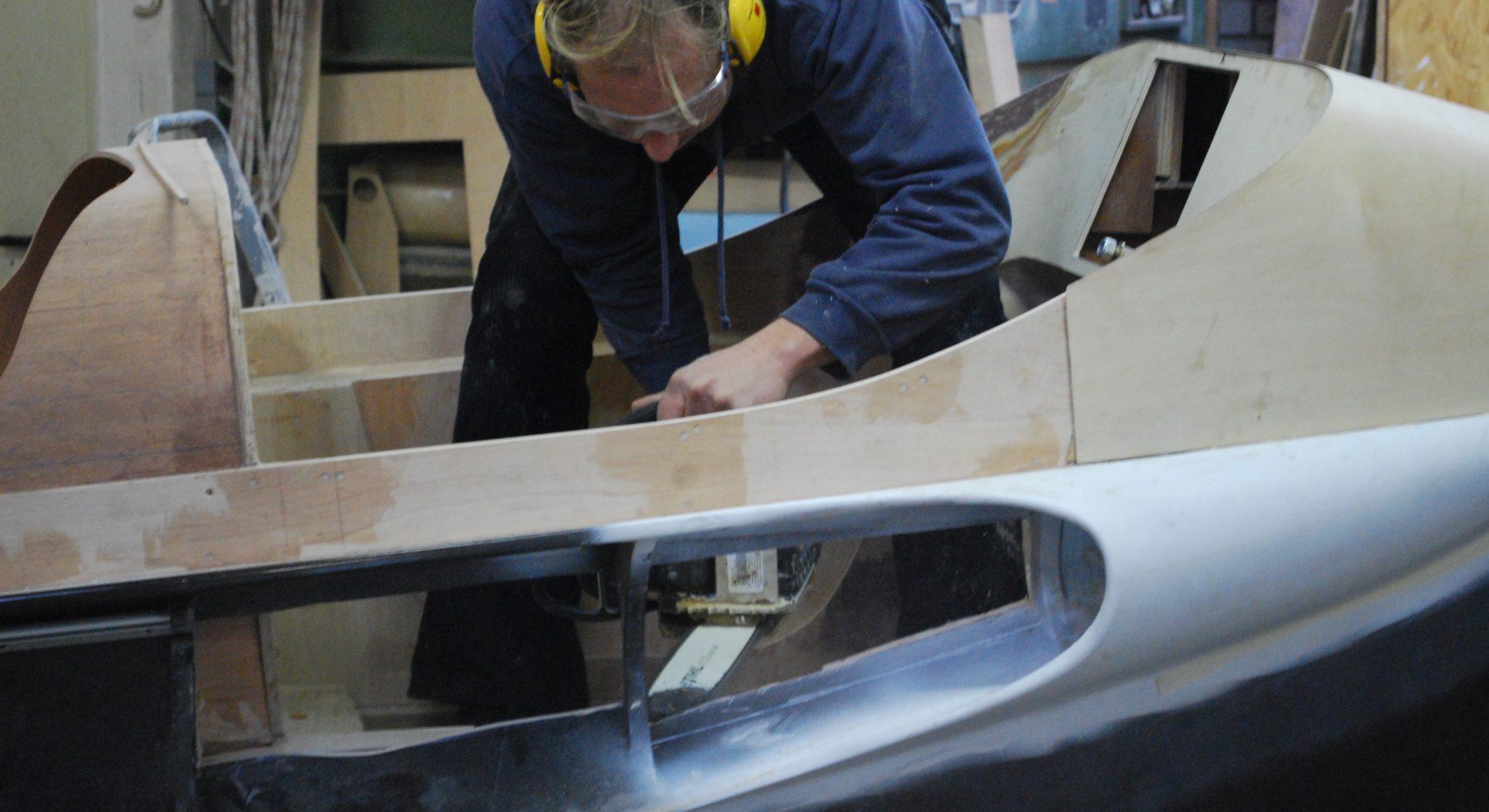 Uwe Feller beim Sägen bei der Produktion eines FELLERyachting-Bootes.