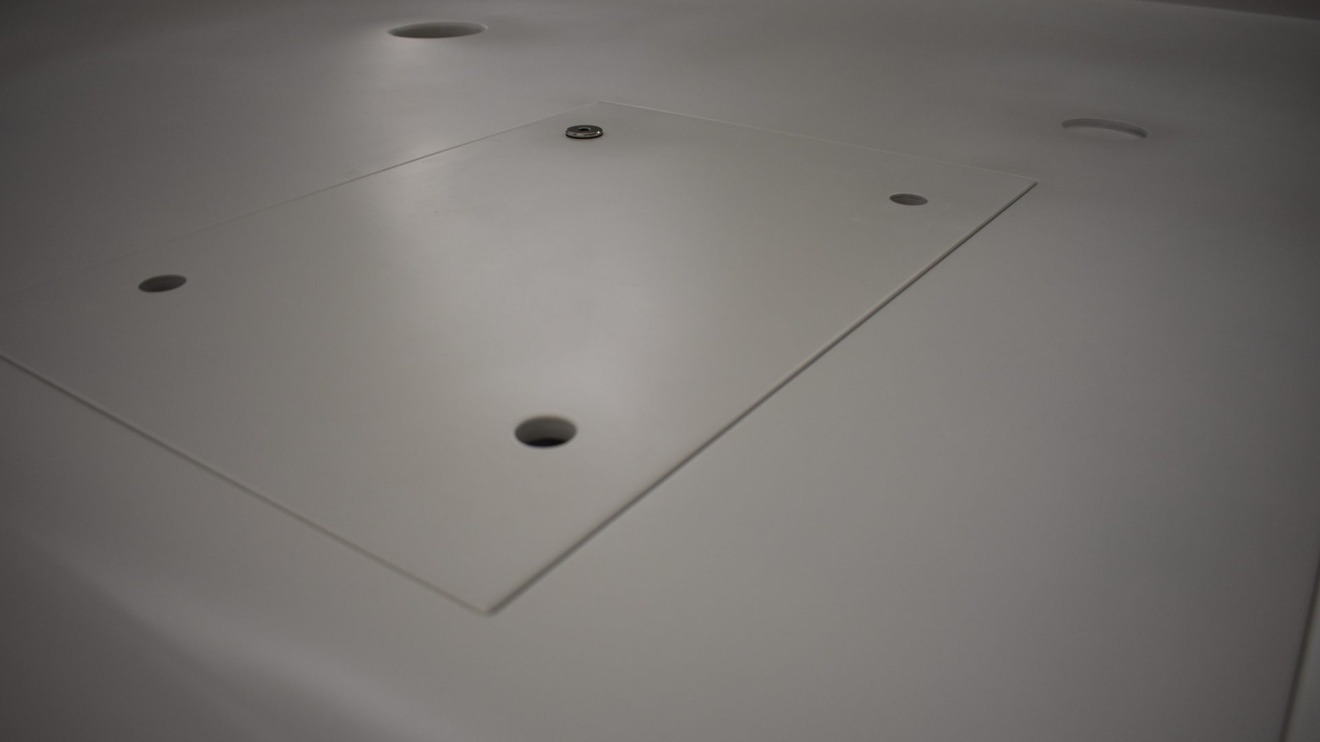 Deckenelement Composite, weiß lackiert.