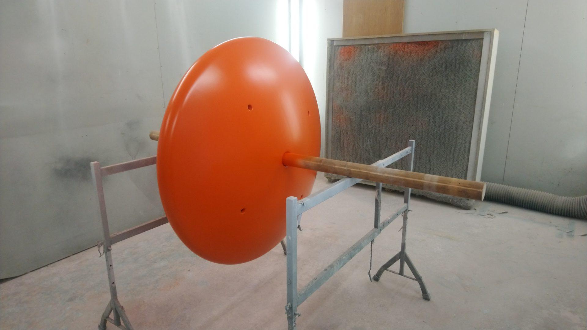 Flache, runde Auftriebsboje-Körper für die Tiefsee, noch im Bau befindlich, orange-rot lackiert.