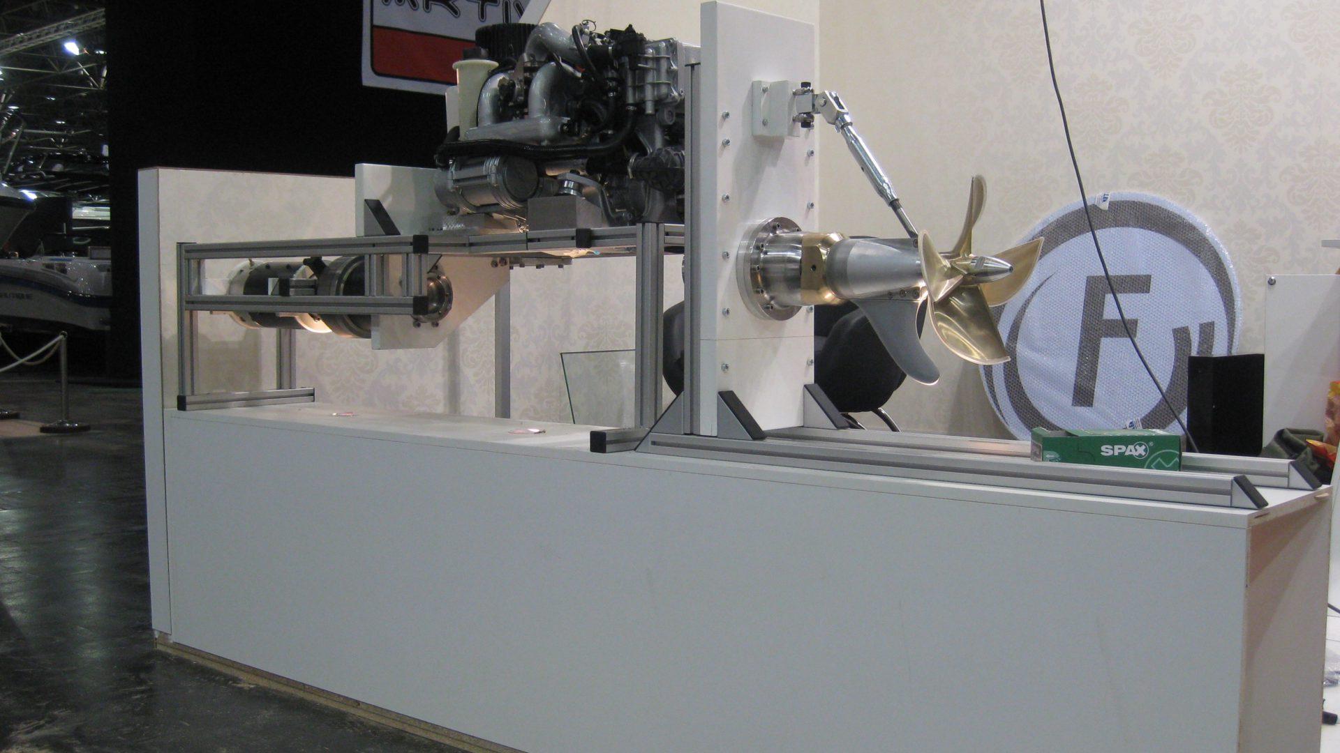 Hybrides Antriebssystem, hier zu sehen als Modellaufbau auf einer Messe.