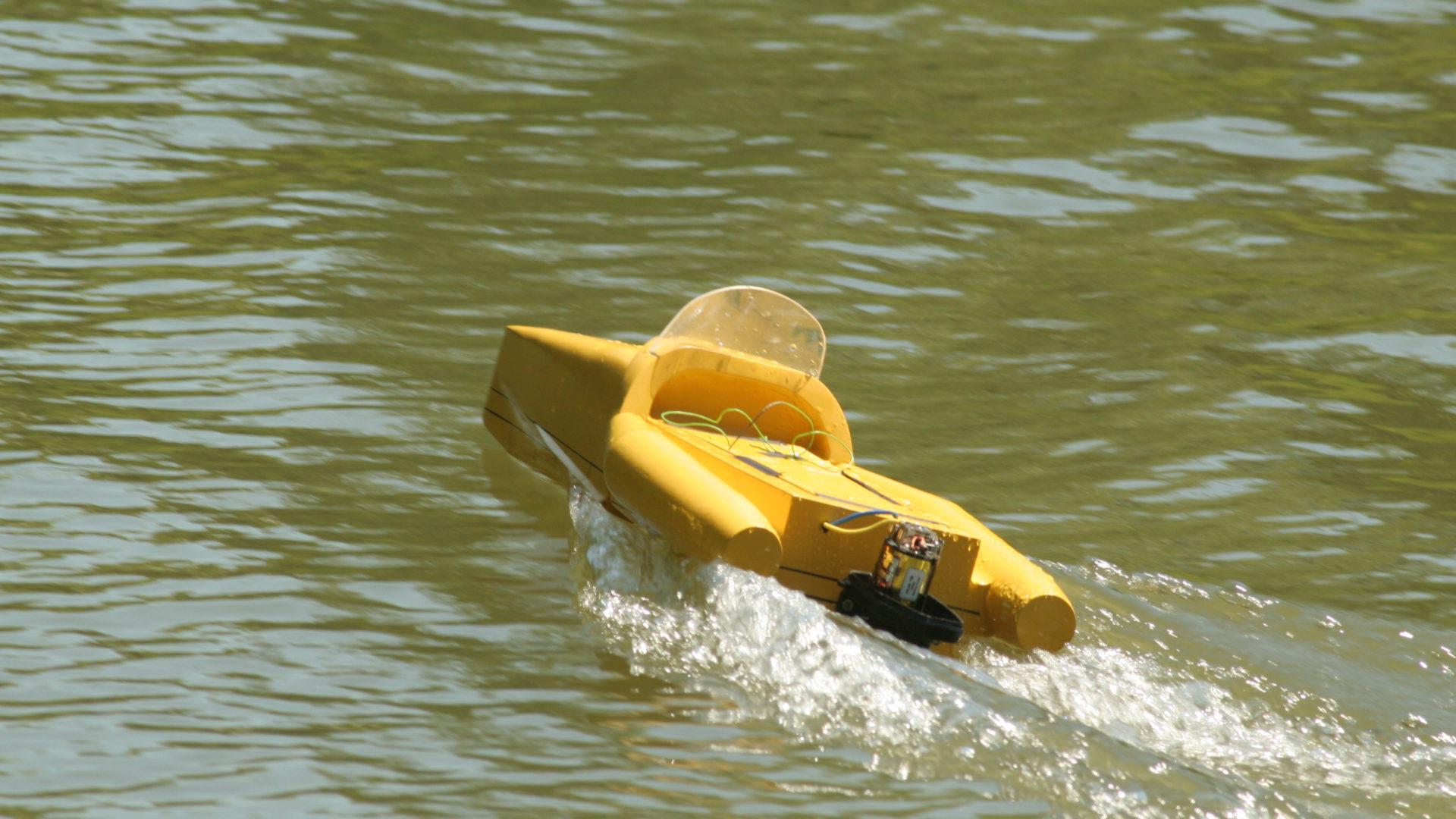 Testrun des Antriebs eines Bootmodells auf offenem Wasser.