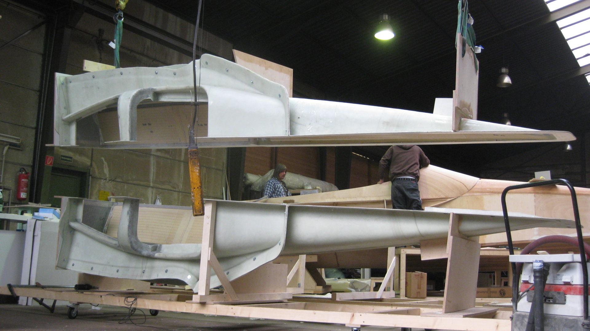 Produktion eines Bootes von FELLERyachting in einer Werkhalle.